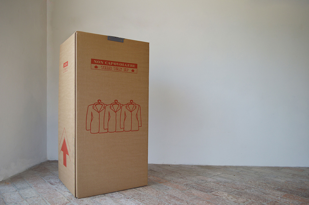 assembly group traslochi scatola rossa vestiti abiti